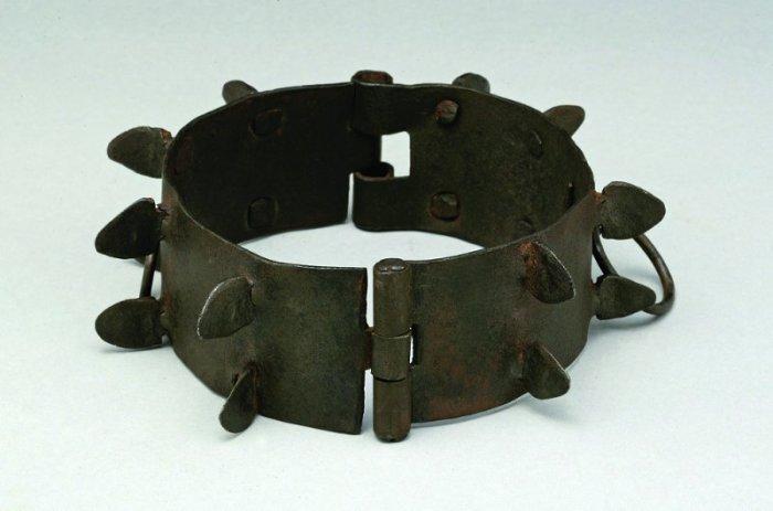 Защитный кованый ошейник XVII века (Германия).